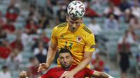 Gelandang Wales Kieffer Moore menyundul bola pada laga Grup A Euro 2020 melawan Turki di Baku Olympic Stadium, Rabu (16/6/2021) atau Kamis dini hari WIB. (AFP/Valentyn Ogirenko)