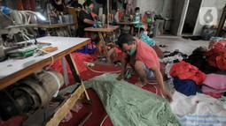 Penjahit menyelesaikan pembuatan busana muslim di Cipayung, Depok, Kamis (22/04/2021). Sejak sekitar dua bulan lalu, kawasan UMKM konveksi di seputar Cipayung dan Bulak Timur Depok produksinya meningkat hampir dua kali lipat dibandingkan pada awal pandemi setahun terakhir. (merdeka.com/Arie Basuki)