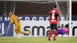Bhayangkara keluar sebagai tim mampu mencetak gol terlebih dahulu di laga ini. Bek Anderson Salles tampil sebagai eksekutor penalti dengan mengarahkan bola ke sisi kiri gawang Bali United di menit ke-18. (Bola.com/Bagaskara Lazuardi)