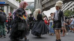 Sekelompok komunitas LGBT, pendukung gerakan pro-demokrasi berpose dengan kostum saat unjuk rasa di kawasan bisnis Ratchaprasong di Bangkok, Thailand (25/10/2020). (AP Photo/Gemunu Amarasinghe)