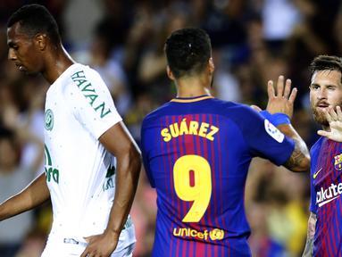 Bintang Barcelona, Lionel Messi, merayakan gol yang dicetaknya atas Chapecoense pada laga trofi Joan Gamper di Stadion Camp Nou, Barcelona, Senin (7/8/2017). Barcelona menang 5-0 atas Chapecoense. (AP/Manu Fernandez)