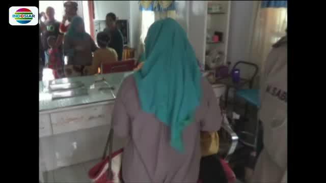 Suami baru Syamsinar yang melihat kejadian tidak terima lalu mengambil parang untuk menyerang balik sekelompok orang yang datang ke rumahnya.