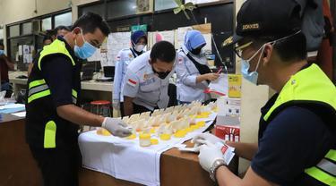 Razia tes urine sopir truk semen di Tuban. (Ahmad Adirin/Liputan6.com)