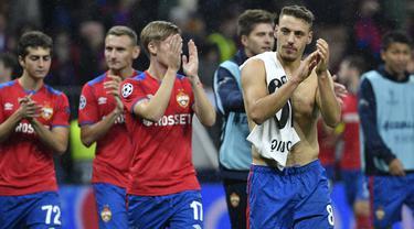 Gelandang CSKA Moskow, Nikola Vlasic, menyapa suporter usai mengalahkan Real Madrid pada laga Liga Champions di Stadion Luzhniki, Moskow, Selasa (2/10/2018). CSKA menang 1-0 atas Madrid. (AFP/Alexander Nemenov)