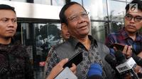 Pakar hukum dan tata negara, Mahfud MD menjawab pertanyaa seusai menemui pimpinan KPK, Jakarta, Rabu (27/2). Mahfud Md memenuhi undangan para unsur pimpinan KPK untuk berdiskusi tentang tindak pidana korupsi dan pencegahannya. (Merdeka.com/Dwi Narwoko)