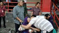 Tangis haru mewarnai kepulangan jemaah haji Banyumas di GOR Satria Purwokerto. (Liputan6.com/Humas Banyumas/Muhamad Ridlo)