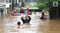 Warga dievakuasi menggunakan perahu karet dari salah satu gang di Kawasan Rawajati yang tergenang banjir, Jakarta, Rabu Rabu (1/1/2020). Hujan yang mengguyur Jakarta sejak Selasa sore (31/12/2019) mengakibatkan banjir di sejumlah titik di Jakarta. (Liputan6.com/Helmi Fithriansyah)