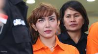 Roro Fitria pakai baju orange. (Nurwahyunan/Bintang.com)
