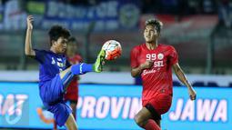 Pemain depan Sulawesi Selatan, Irfan Afandi (kanan) berebut bola dengan pemain Jawa Barat pada laga final PON XIX 2016 di Stadion Si Jalak Harupat, Kab Bandung, Rabu (28/9). Jabar unggul lewat adu penalti 5-4. (Liputan6.com/Helmi Fithriansyah)