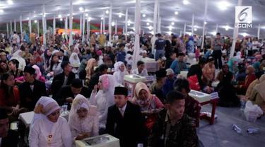 Pemprov DKI menggelar acara pernikahan massal untuk menyambut pergantian tahun. Acara ini diikuti oleh ratusan pasangan dari berbagai penjuru Jakarta.