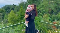 """""""Bella sudah mau jalan. Ngomongnya bahasa Indonesia, bahasa Inggris, dan kalau sudah besar mau diajari bahasa Portugis,"""" terang Aura Kasih, Rabu (27/5/2020). (Instagram/aurakasih)"""