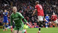 Manchester United akhirnya unggul 1-0 pada menit ke-42. Umpan Bruno Fernandes mampu diselesaikan dengan sepakan first time Anthony Martial yang bersarang telak di pojok atas kiri gawang Jordan Pickford. (AFP/Oli Scarff)