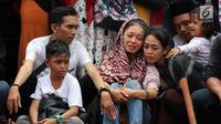 Kesedihan kerabat serta keluarga saat prosesi penguburan massal korban kecelakaan bus di Tanjakan Emen Subang di TPU Legoso Ciputat, Tangerang Selatan, Banten, Minggu (11/2). Kecelakaan di Tanjakan Emen menewaskan 27 orang. (Liputan6.com/JohanTallo)