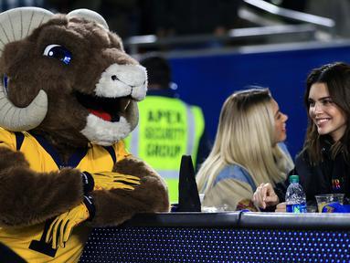 Model Kendall Jenner bercanda dengan Maskot Los Angeles Rams selama paruh kedua pertandingan Los Angeles Rams dan Baltimore Ravens di Los Angeles Memorial Coliseum, California (25/11/2019). Kendall Jenner tampil cantik mengenakan jaket hitam dengan rambut terurai. (Sean M. Haffey/Getty Images/AFP)