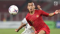 Pemain sayap Timnas Indonesia, Riko Simanjuntak berebut bola dengan pemain Timor Leste, pada penyisihan grup B Piala AFF 2018 di Stadion GBK, Jakarta, Selasa (13/11). Indonesia unggul 3-1. (Liputan6.com/Helmi Fithriansyah)