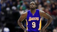 Ekspresi forward LA Lakers Luol Deng begitu dikalahkan Dallas Mavericks, Minggu (22/1/2017). (AP Photo/Ron Jenkins)