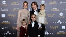 Gelandang Real Madrid asal Kroasia, Luka Modric, bersama keluarganya menghadiri malam penghargaan Ballon d'Or di Paris, Senin (3/12). Dirinya berhasil meraih gelar Ballon d'Or. (AFP/Anne-Christine Poujoulat)