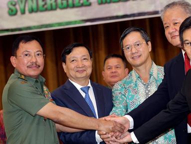Kepala RSPAD Gatot Soebroto, dr Terawan Agus Putranto (kiri) berjabat tangan seusai menandatangani perjanjian atau nota kesepahaman kerjasama antara RSPAD Gatot Soebroto dengan PT Clinique Suisse di Jakarta, Senin (12/11). (Liputan6.com/Johan Tallo)