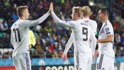 Penyerang Jerman, Timo Werner (9) berselebrasi dengan rekan-rekannya usai mencetak gol ke gawang Estonia pada pertandingan grup C kualifikasi Euro 2020 di Tallinn, Estonia (13/10/2019). Jerman menang telak 0-3 atas Estonia. (AFP Photo/Janek Skarzynski)