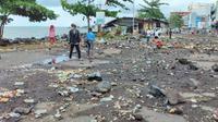 Ada 28 café dan restoran di kompleks pusat perbelanjaan terbesar di Manado itu yang diterjang banjir rob. Dari jumlah itu, 4 di antaranya rusak berat dan tidak bisa beroperasi.