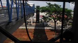 Kendaraan melintas di kawasan jembatan penyeberangan orang (JPO) Sumarno, Jakarta, Kamis (10/1). Lift JPO Sumarno sudah bisa digunakan. Lift JPO Surmano bisa digunakan setiap Senin sampai Jumat. (Liputan6.com/Herman Zakharia)
