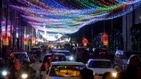 Sebuah instalasi lampu terbentang sepanjang jalan saat Festival Lentera di Taipei (24/2). Dalam Festival Lentera ini sejumlah kesenian dan hiburan ditampilkan untuk menghibur warga setempat dan wisatawan. (AFP/Sam Yeh)