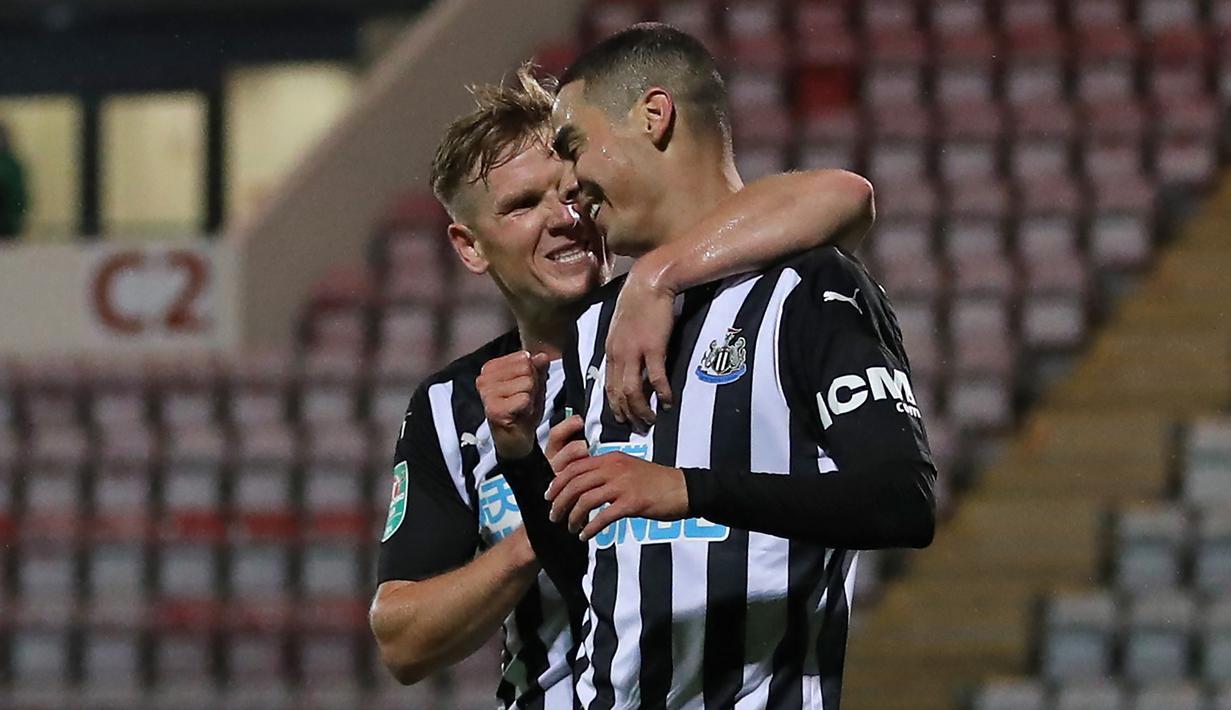 Gelandang Newcastle, Miguel Almiron, merayakan gol yang dicetaknya ke gawang Morecambe pada laga putaran ketiga Piala Liga Inggris di The Mazuma Stadium, Kamis (24/9/2020) dini hari WIB. Newcastle menang 7-0 atas Morecambe. (AFP/Martin Rickett/pool)