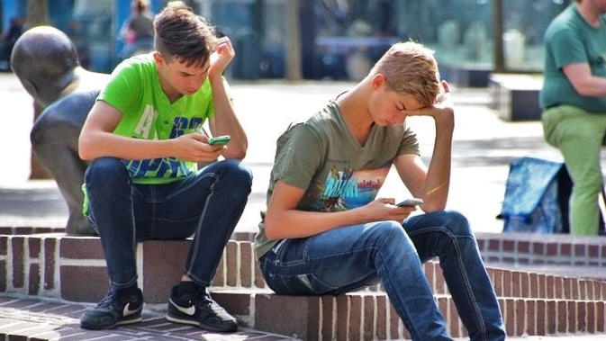 Ilustrasi Dua Orang Anak Muda Bermain Gim Mobile. Kredit: NatureaAddict via Pixabay