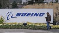 Seorang pekerja meninggalkan pabrik Boeing 737 di Renton, Washington, Senin (16/12/2019). Boeing Co mengumumkan akan menghentikan untuk sementara waktu produksi pesawat jenis 737 MAX – yang sudah dilarang terbang – pada Januari 2020 mendatang. (Stephen Brashear/Getty Images/AFP)