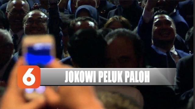 Jokowi tepis dugaan rengganggnya koalisi dengan memeluk Surya Paloh usai pidato di Kongres Partai Nasdem.
