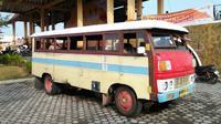 Bas Kayu merupakan bus yang dibuat dari besi dan kayu. Kini bas kayu dimanfaatkan untuk transportasi pariwisata di Karimun.