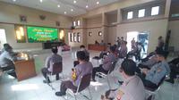Puluhan anggota perwakilan tiap kesatuan dan polsek Tasikmalaya mengikuti penjelasan dalam lomba murotal alquran yang digelar Polres Tasikmalaya, Jawa Barat.  (Liputan6.com/Jayadi Supriadin)