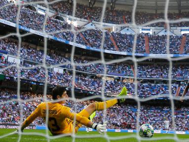 Pemain Club Brugge Emmanuel Dennis mencetak gol ke gawang Real Madrid pada laga Liga Champions di Stadion Santiago Bernabeu, Madrid, Spanyol, Selasa (1/10/2019). Pertandingan berakhir 2-2. (AP Photo/Manu Fernandez)