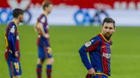 Striker Barcelona, Lionel Messi, saat melawan Sevilla pada laga leg pertama semifinal Copa del Rey di Estadio Ramon Sanchez Pizjuan, Kamis (11/2/2021). Barcelona tumbang dengan skor 2-0. (AP/Angel Fernandez)