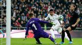 Pemain Real Madrid Casemiro mencetak gol ke gawang Sevilla pada pertandingan Liga Spanyol di Stadion Santiago Bernabeu, Madrid, Spanyol, Sabtu (18/1/2020). Menang 2-1, Real Madrid memuncaki klasemen sementara Liga Spanyol. (AP Photo/Manu Fernandez)