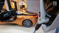 Teknologi fast charging pada mobil listrik BMW i8 Roadster dipamerkan dalam GIIAS 2019 di ICE BSD, Tangerang, Jumat (19/7/2019). Konsumsi bahan bakar gabungan dalam siklus pengujian kendaraan plug in hybrid adalah 47,6 km/liter, ditambah 14.5 kWh energi listrik per 100 km. (Liputan6.com/FeryPradolo)