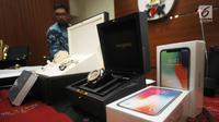 Handphone dan jam tangan mewah hasil gratifikasi yang dilaporkan ke KPK, Jakarta, Senin (4/6). KPK menerima 795 laporan penerimaan gratifikasi sejak 1 Januari hingga 4 Juni 2018. (Merdeka.com/Dwi Narwoko)