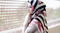 Pakai hijab motif ramai supaya penampilan makin cantik dan fresh. (sumber foto: @shellaalaztha/instagram)