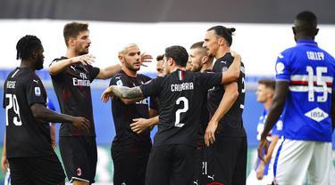 Para pemain AC Milan merayakan gol yang dicetak oleh Zlatan Ibrahimovic ke gawang Sampdoria pada laga Serie A di Stadion Luigi Ferraris, Rabu (29/7/2020). AC Milan menang 4-1 atas Sampdoria. (Tano Pecoraro/LaPresse via AP)