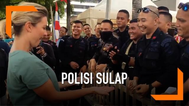 Seorang polisi pamer aksi sulap depan wartawan asing dari 9 News Australia, Rene Henry. Kejadian lucu ini terjadi saat kota Jakarta mulai kondusif setalah diramaikan aksi demo menolak keputusan hasil pemilu.