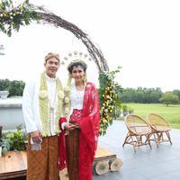 Ardina Rasti baru saja meresmikan hubungan yang telah dijalin selama enam dengan Arie Dwi Andhika Sabtu (20/1). Pernikahan yang digelar di The Lodge Golf Jagorawi, Jawa Barat dengan nuansa warna putih itu berjalan lancar. (Daniel Kampua/Bintang.com)