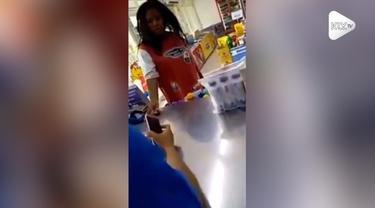 Seorang wanita mengamuk bukan main ketika keinginannya untuk diberi uang Rp 2000 tak dikabulkan pegawai minimarket. Ia bahkan sempai mengancam si pegawai karena hal ini.