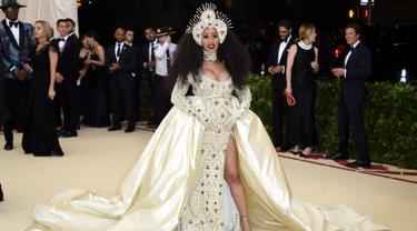 """Penyanyi Cardi B saat tiba untuk menghadiri Met Gala 2018 di Metropolitan Museum of Art, New York (7/5). Tema Met Gala kali ini adalah """"Heavenly Bodies: Fashion and the Catholic Imagination"""". (Photo by Evan Agostini/Invision/AP)"""