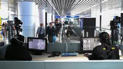 Petugas kesehatan memeriksa 'thermal scanner' untuk mendeteksi suhu tubuh penumpang yang tiba di Bandara Internasional Kuala Lumpur pada Selasa (21/1/2020). Pemerintah Malaysia mulai mengoperasikan alat pemindai suhu tubuh merespons penyebaran virus korona yang kian masif di China. (MOHD RASFAN/AFP)
