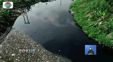 Sepekan lebih dibersihkan, sampah di Kali Pisang Batu, Bekasi, mulai berkurang. Meski kondisinya masih hitam, namun permukaan air sudah terlihat kembali.