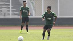 Pemain Timnas Indonesia U-22, Rifal Lastori, menjemput bola saat latihan di Stadion Madya, Jakarta, Selasa (8/1). Latihan ini merupakan persiapan jelang Piala AFF U-22. (Bola.com/Vitalis Yogi Trisna)