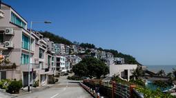 Pemandangan villa menghadap laut yang diyakini sebagai salah satu kediaman Kim Jong-nam di Macau, Kamis (16/2). Di salah satu vila tersebut, kakak tiri pemimpin Korea Utara, Kim Jong-un, tersebut pernah tinggal bersama pasangannya. (Anthony WALLACE/AFP)