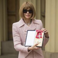 Pemimpin Redaksi Vogue Amerika dan Direktur Artistik Dame, Anna Wintour berpose setelah menerima lencana Komandan Dame-nya dari Ratu Inggris Elizabeth II di Istana Buckingham, London, Jumat 5 Mei 2017. (Dominic Lipinski / PA Pool via AP)