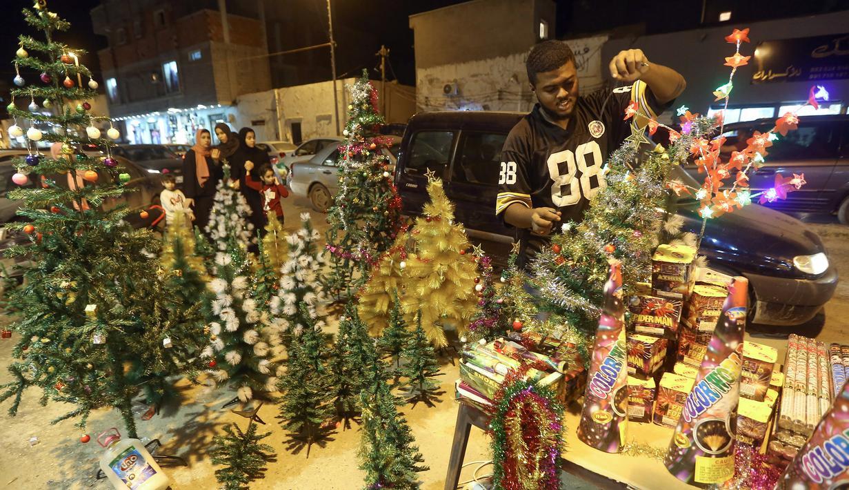 Warga Libya membeli dekorasi dan kembang api menjelang perayaan Maulid Nabi Muhammad di ibu kota Tripoli, Rabu (6/11/2019). Umat Islam memperingati Maulid Nabi yang merupakan hari peringatan kelahiran Nabi Muhammad SAW pada setiap tanggal 12 Rabiul Awal. (Mahmud TURKIA / AFP)