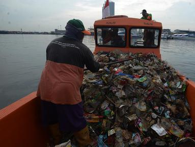 Petugas dari Dinas Lingkungan Hidup DKI Jakarta mengangkut sampah di Pelabuhan Kali Adem, Muara Angke, Jakarta, Rabu (6/1/2021). Dalam sehari, sampah pesisir Teluk Jakarta Utara bisa terangkut sekitar 7 kubik sampah plastik yang terbawa dari sungai maupun arus laut. (merdeka.com/Imam Buhori)